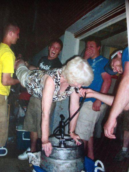 酒は飲んでも飲まれるな!おいしそうに酒を飲んでいる人と飲まれている人の画像の数々!!の画像(27枚目)