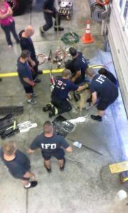 【画像】タイヤのホイールに頭がはまった犬の救助方法がなかなか凄い!!の画像(14枚目)