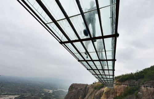 中国に床がガラスでできた高さ180m長さ300m釣り橋が建設されてるwwwwの画像(5枚目)