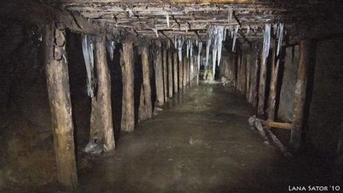 小さな小屋の床下に巨大な洞窟の画像(9枚目)
