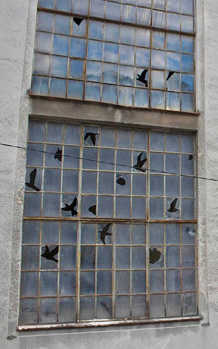 割れた窓ガラスのように見えるアートの画像(2枚目)