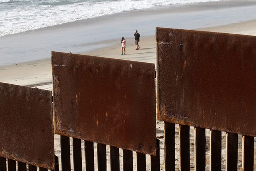 アメリカとメキシコの間の壁の画像(1枚目)