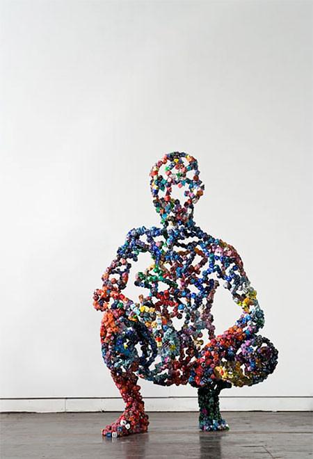 【画像】無数のサイコロを使ったサイコロ人間のアートが不気味で凄い!!の画像(6枚目)