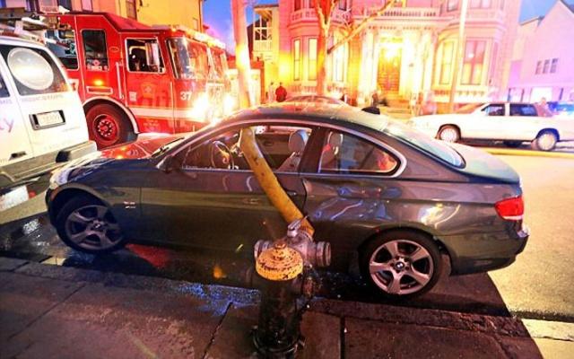 駐車禁止に止めた自動車の画像(1枚目)