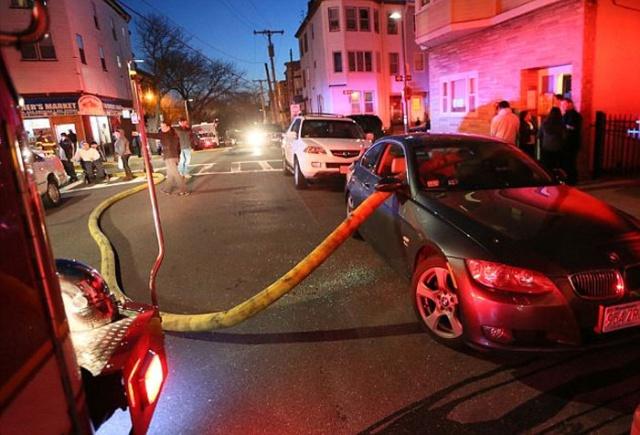 駐車禁止に止めた自動車の画像(2枚目)