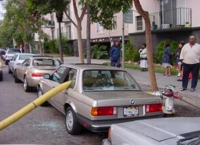 駐車禁止に止めた自動車の画像(3枚目)