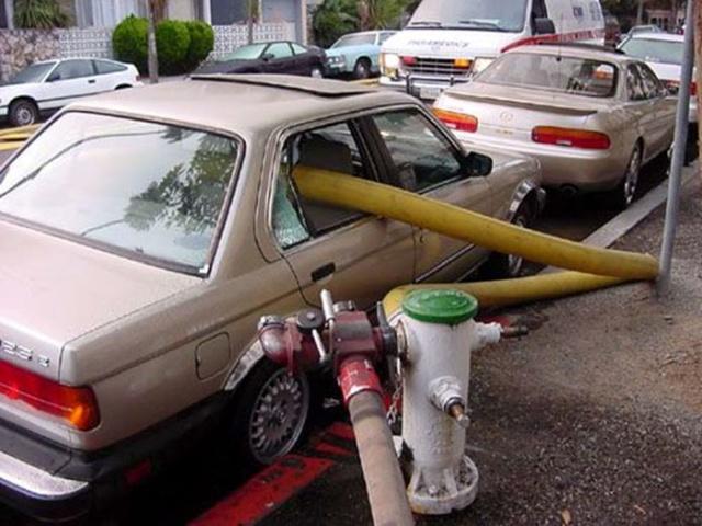 駐車禁止に止めた自動車の画像(4枚目)