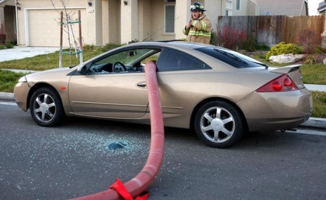 駐車禁止に止めた自動車の画像(5枚目)
