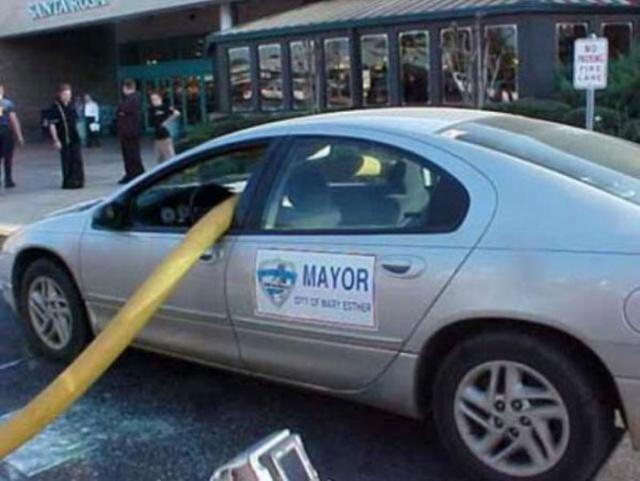駐車禁止に止めた自動車の画像(7枚目)