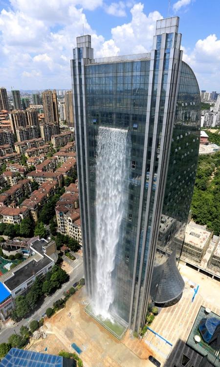 巨大な滝がついた超高層ビルが出現の画像(2枚目)