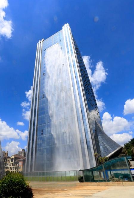 巨大な滝がついた超高層ビルが出現の画像(3枚目)