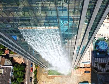 巨大な滝がついた超高層ビルが出現の画像(4枚目)