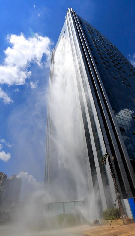 巨大な滝がついた超高層ビルが出現の画像(5枚目)