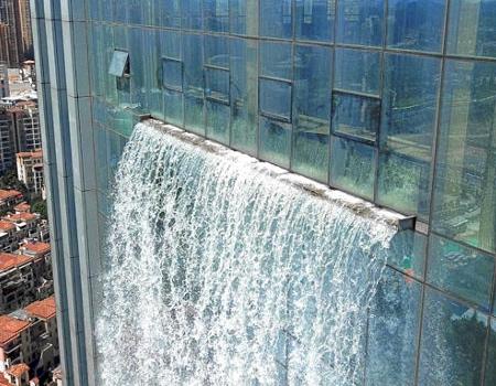 巨大な滝がついた超高層ビルが出現の画像(6枚目)
