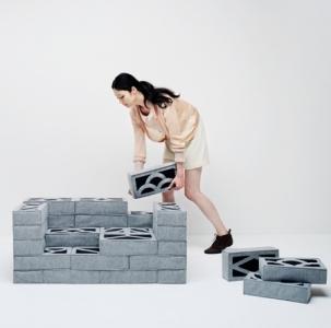 柔らか過ぎるコンクリートブロックのソファー01