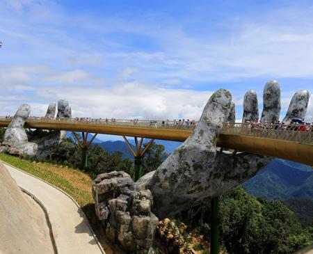 超巨大な手で支えられた橋の画像(2枚目)
