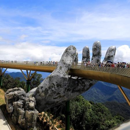 超巨大な手で支えられた橋の画像(3枚目)