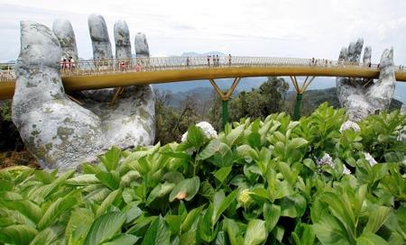 超巨大な手で支えられた橋の画像(4枚目)