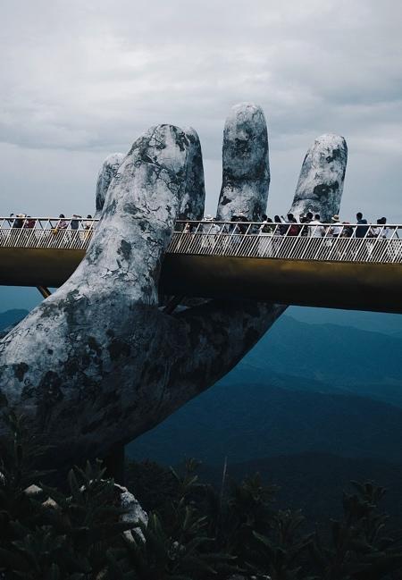 超巨大な手で支えられた橋の画像(5枚目)
