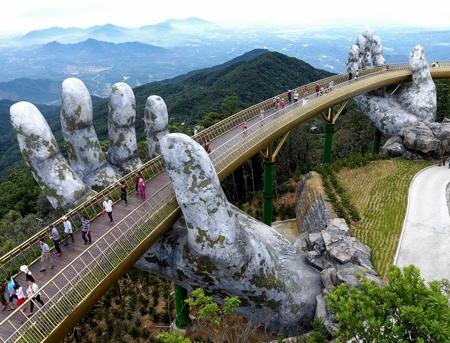 超巨大な手で支えられた橋の画像(6枚目)