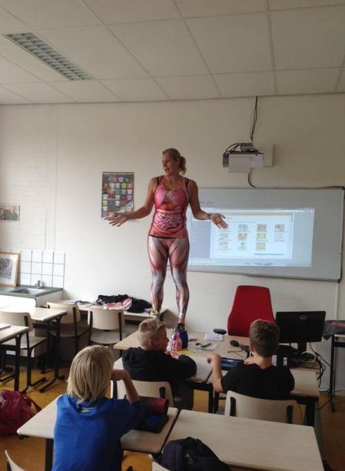 小学校の女の先生が自分の体を使って生物の授業をしている!の画像(2枚目)