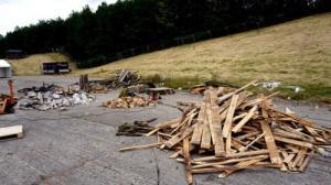 ド迫力!廃棄する材木を使ったアートが凄まじい!!の画像(2枚目)