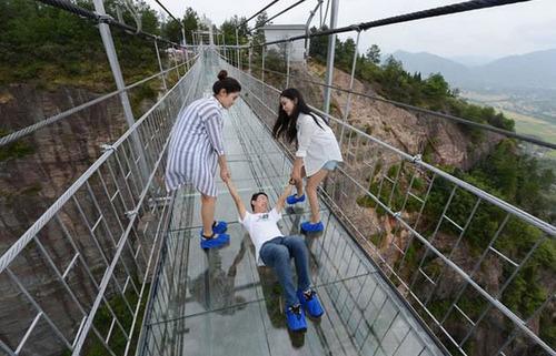 中国に床がガラスでできた高さ180m長さ300m釣り橋が建設されてるwwwwの画像(7枚目)