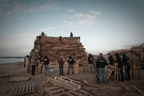 木製パレットをビルのように積む!オランダの焚き火のイベントが凄すぎる!の画像(3枚目)