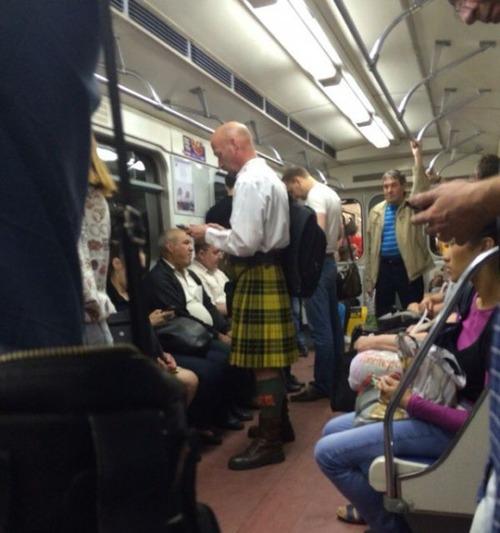 電車や駅で見かけた変った人達の画像(2枚目)