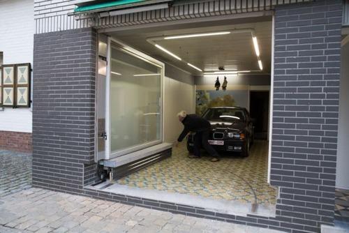 【画像】ショーウィンドウのようなガレージの入り口が凄い!!の画像(6枚目)