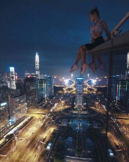 高いところで自撮りする女の子の画像(6枚目)