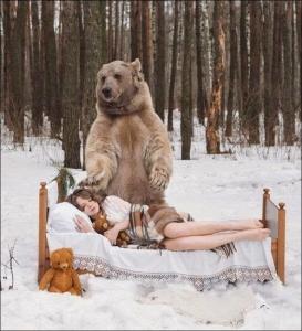 恐ロシア!300kgのヒグマとロシア美人のアート写真が凄い!!の画像(2枚目)