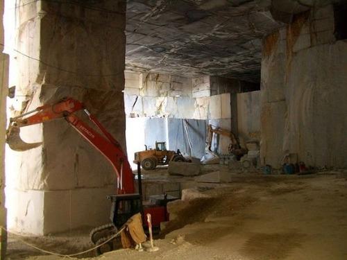 【画像】大理石の採掘場がゲームや物語のダンジョンみたいで凄すぎる!!の画像(2枚目)