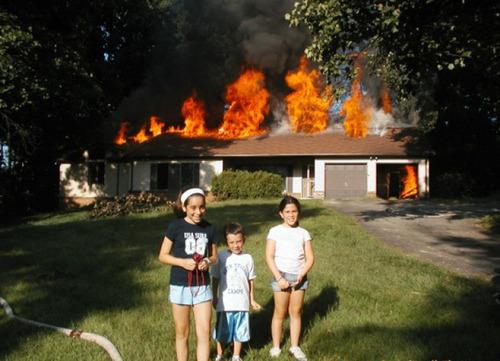 もうお手上げ!火事をバックに記念撮影してる画像の数々!!の画像(14枚目)
