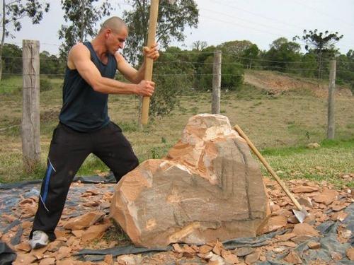 【画像】巨大な石を削って石造を作っている人がワイルド過ぎて凄い!!の画像(4枚目)