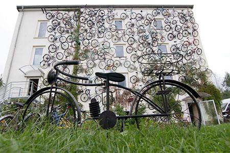 自転車を無数に壁に貼り付けた家の画像(2枚目)