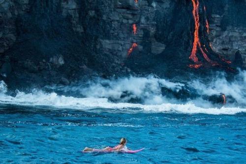 溶岩が流れ込む海岸でサーフィンの画像(19枚目)