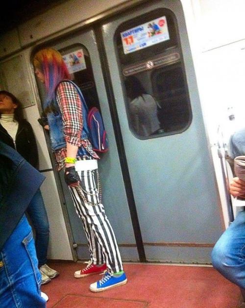 電車や駅で見かけた変った人達の画像(8枚目)