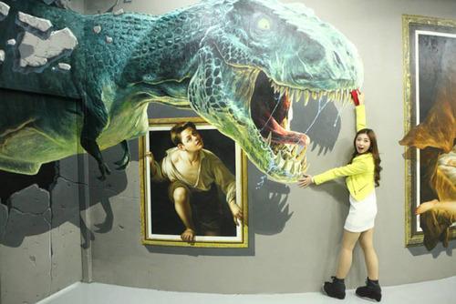 いっしょに撮れば面白い!3Dアートで遊ぶ人たちの画像!の画像(1枚目)