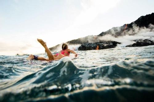 溶岩が流れ込む海岸でサーフィンの画像(14枚目)