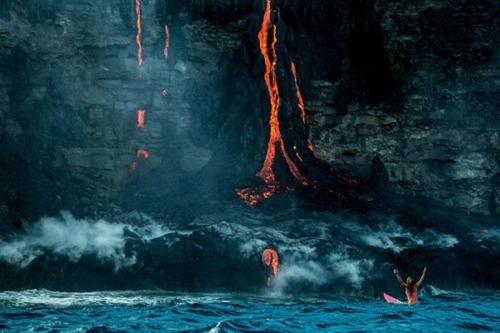 溶岩が流れ込む海岸でサーフィンの画像(20枚目)