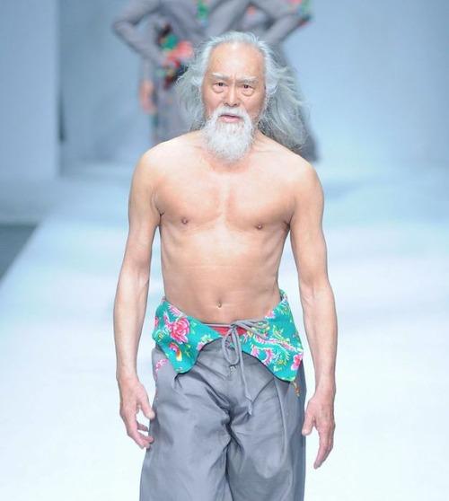 80歳のファッションモデルの画像(2枚目)