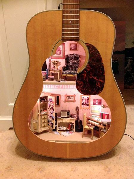 【画像】ギターの中に家がある!ギター内に作ったドールハウスが凄い!!の画像(6枚目)