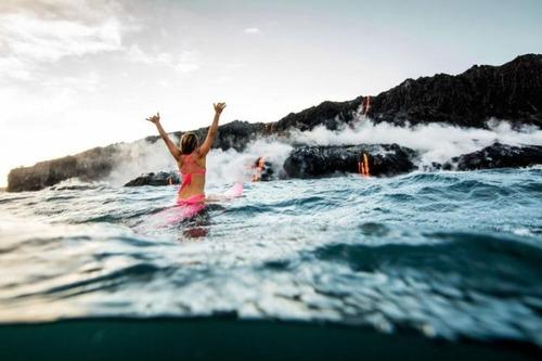 溶岩が流れ込む海岸でサーフィンの画像(18枚目)