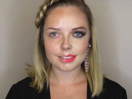女性の化粧をする前と後の画像(22枚目)