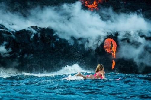 溶岩が流れ込む海岸でサーフィンの画像(22枚目)