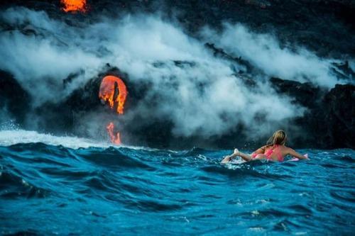 溶岩が流れ込む海岸でサーフィンの画像(5枚目)