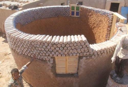 ペットボトルを積み重ねて作った家の画像(1枚目)