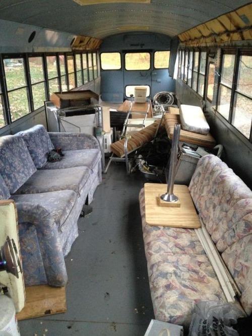 【画像】古いスクールバスを巨大で豪華なキャンピングカーに改装してしまう!!の画像(3枚目)