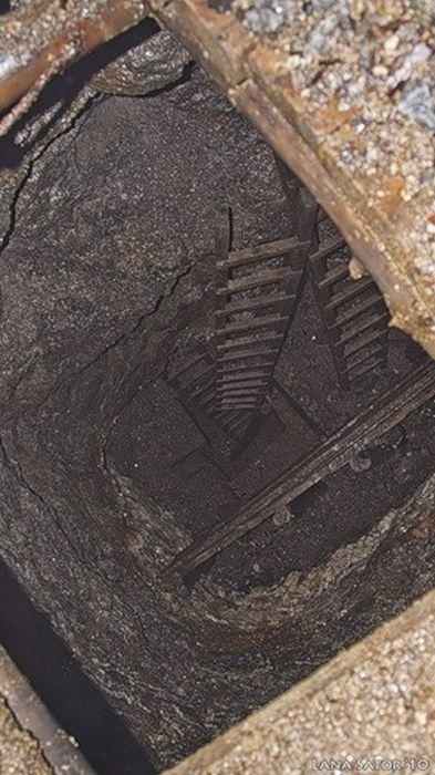 小さな小屋の床下に巨大な洞窟の画像(2枚目)